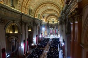 945152-cathedrale-marie-reine-monde-remplie